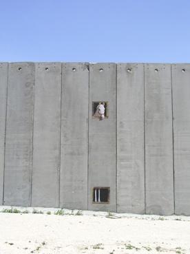 ¿Por qué será que hay muros tan altisonantes y muros tan mudos? ¿Será por los muros de la incomunicación, que los grandes medios de comunicación construyen cada día?