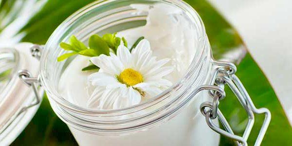 Veja aqui como preparar um creme caseiro para tratar estrias com 3 ingredientes naturais: óleo de rosa mosqueta, de pracaxi e manteiga de karité!