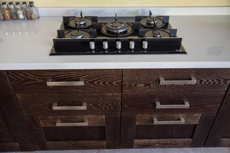 Bramato Cucine | Cucina in rovere poro aperto con patina oro, Cassonatura multistrato bilaminato