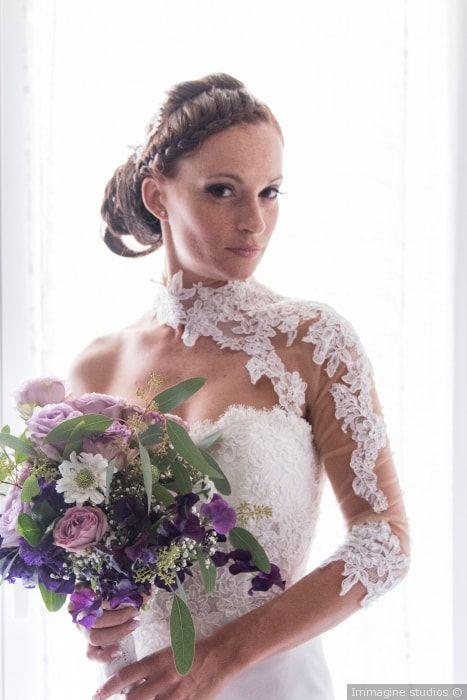 Acconciatura da sposa con capelli raccolti in chignon alto e treccia