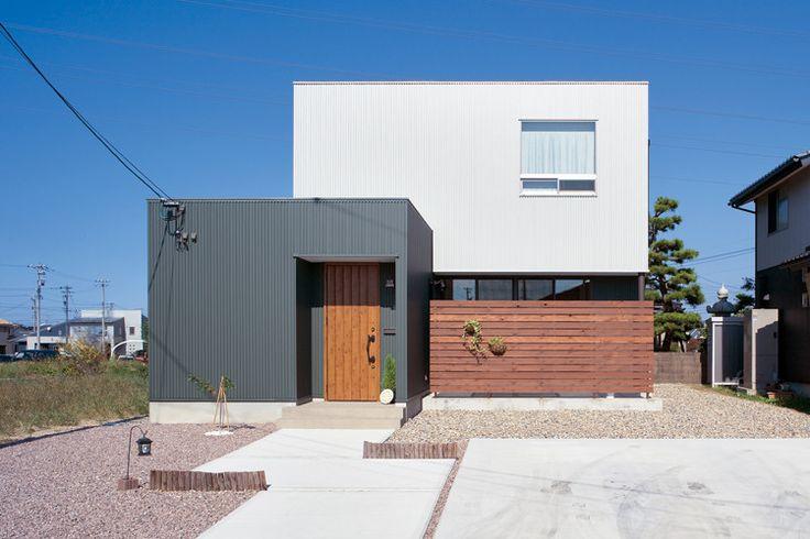 海が近いので、メンテナンスを考えて外壁はガルバリウム鋼板に。緑の外壁と木製フェンスの組み合わせもいい。