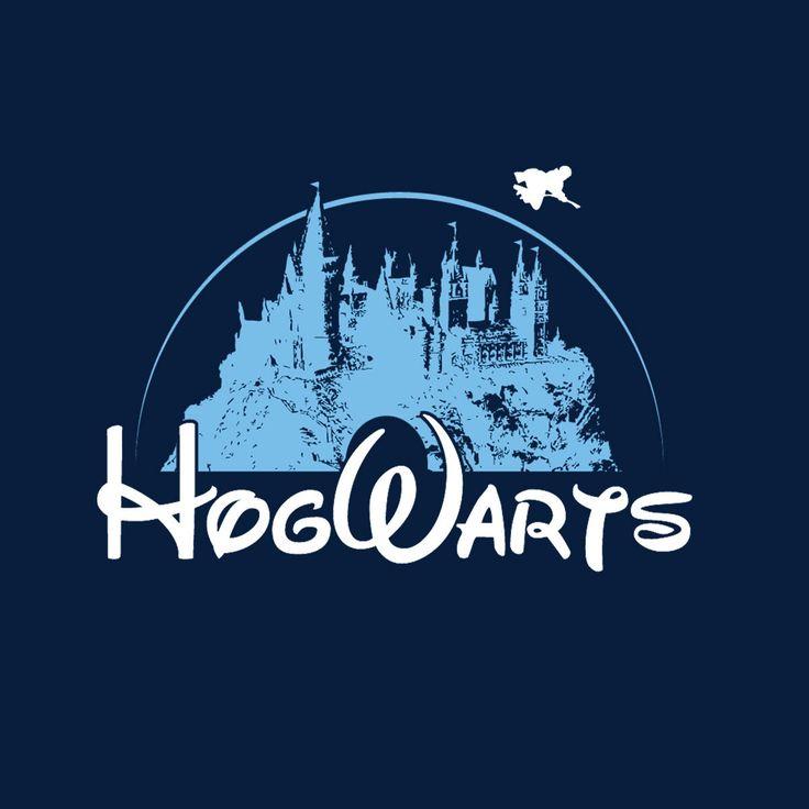 Camiseta Harry Potter Disney. Hogwarts Camiseta con la imagen del famoso logo de Disney, transformado en el del Colegio Hogwarts de Magia y Hechicería, perteneciente al universo de Harry Potter.