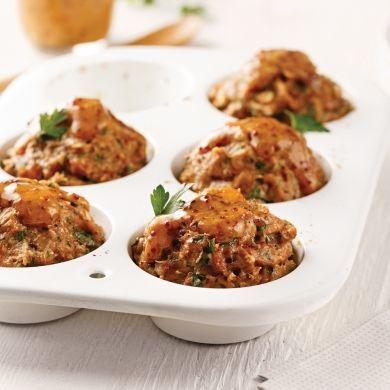Ces mini-pains de viande à base de poulet à préparer dans des moules à muffins font délicieusement changement de la recette classique!