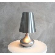 modern, strak vormgegeven tafellamp van geborsteld metaal.