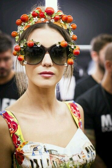 Dolce & Gabbana Fashion Show ❤Italia is Love❤ Spring-Summer 2016: backstage a Model is wearing charming Sunglasses and Hairband with Citrus and Daisies. Moreover she is wearing a Dress with Italian Monuments printed.