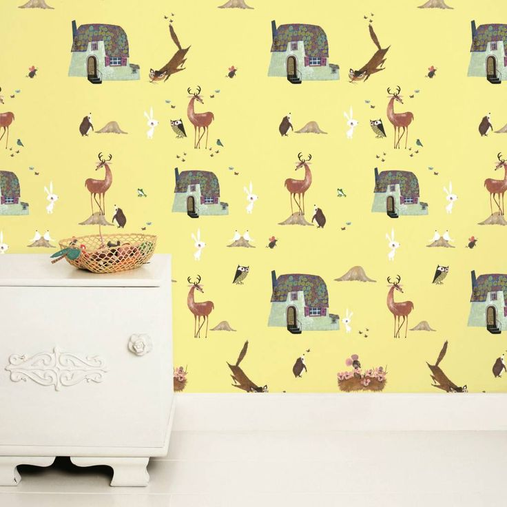 Waan jezelf tussen de bosdieren met dit schattige behang van Kek Amsterdam! Het leuke gele Forest Animals behang is getekend door Fiep Westendorp. Het behang is