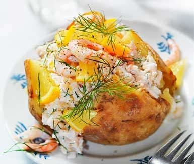 Bakad potatis med skagenröra (swedish baked potato stuffed with traditional shrimp cocktail)