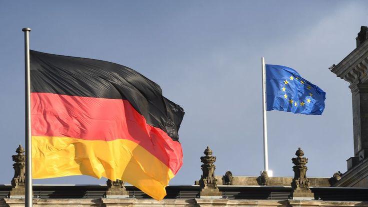 Die schwarz-rot-goldene Flagge und die Fahne der Europäischen Union (EU) wehen am 05.01.2017 in Berlin über dem Reichstag.