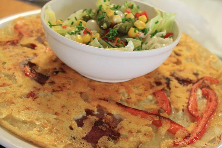 Amsterdammer: Ui, Paprika, Schijven Gehaktbal, Kaas en een Salade