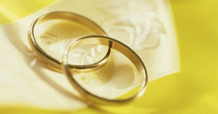 Cómo saber tu talla de anillo . No tienes que correr a la joyería más cercana para medir tu dedo anular. Puedes medirlo en casa utilizando un pedazo de papel, un rotulador y una regla.