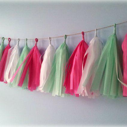 mint and pink paper tassel garland Mintgrøn og lyserød papir kvast guirlande til bryllup