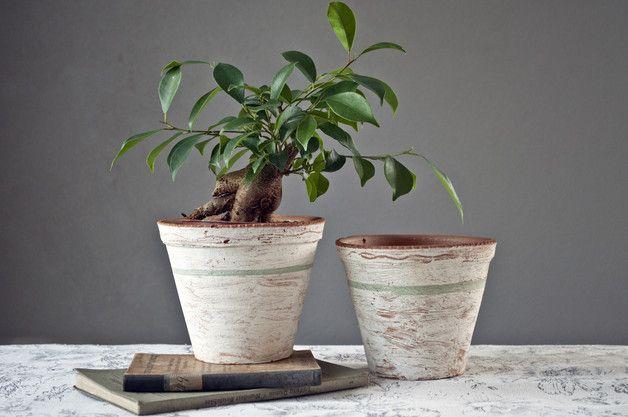 Dwie białe ceramiczne doniczki ręcznie malowane.  Mają ponad 30 lat, ale nigdy nie były używane. Wymiary:  wysokość 12 cm średnica 14,5 cm