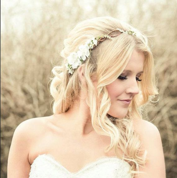 Pettinatura semiraccolta da sposa con coroncina di fiori tra i capelli.
