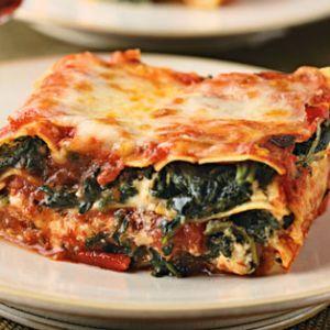 Lasagna cu spanac.  1,2 kg spanac   300 gr foi de Lasagna   500 ml lapte   300 gr mozzarella rasa   100 gr ceapa   30 gr usturoi   50 gr unt   50 gr ulei   Putina faina, sare si piper