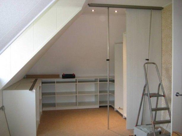 Inloopkast onder schuin dak. Wij zelf hebben straks de slaapkamer met schuine daken en een dakkapel, ik wil graag een soort inloopkast onder het schuine gedeelte maken, hierbij dus wat ideetjes!