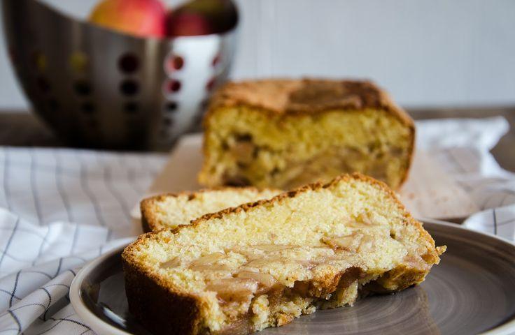 Um bolo de maçã de massa húmida que casa na perfeição com um ligeiro aroma a Vinho do Porto