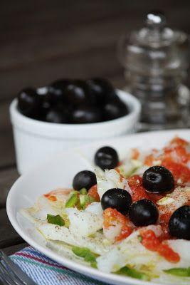 L'esqueixada est une salade à base de morue dessalée, de thon, de tomates, de poivrons, d'olives et d'oignons