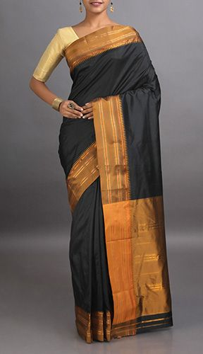 The borders and pallu of the #Narayanpet #handloomsarees are always given a contrasted look with small zari designs.