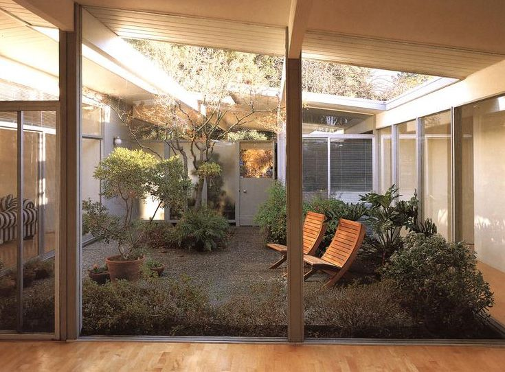 Oh how I would love to have a garden in the middle of my home. Love the mid century architecture.
