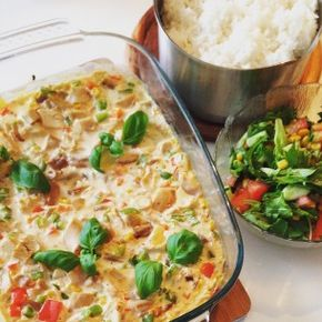 Recept på en underbart god och krämig kycklinggratäng med kyckling, champinjoner, grädde och sambal oelek. Enkel och snabb att göra - och räcker till många!