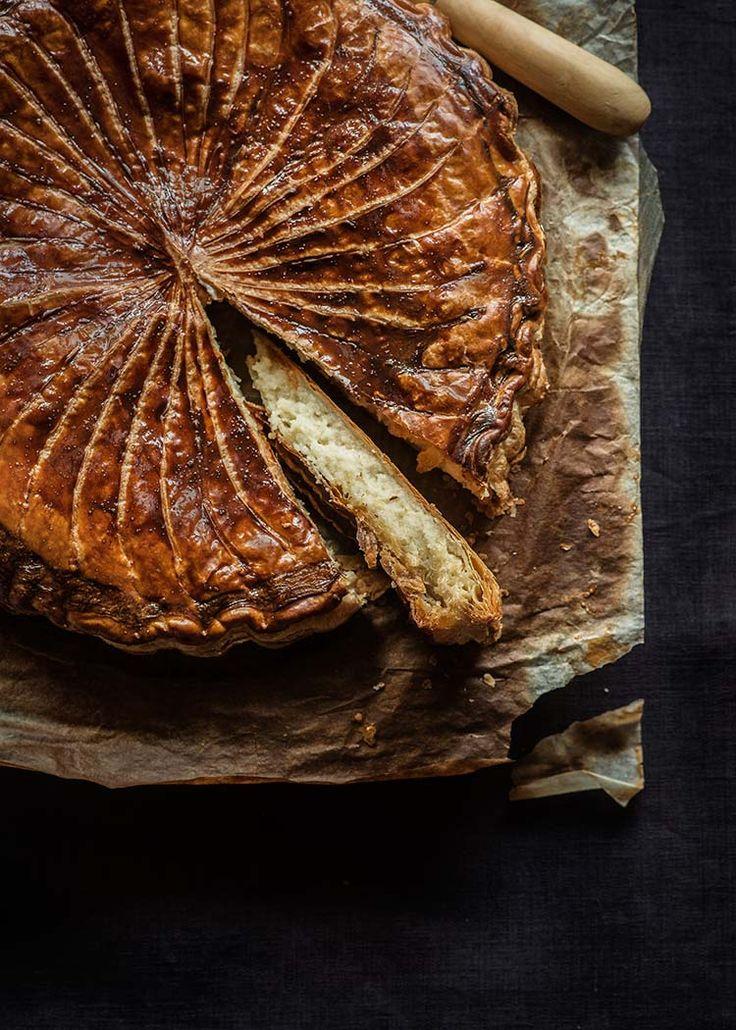 Receta tradicional francesa de galette des rois, el equivalente del roscón de Reyes, hojaldre con crema de almendra. Con fotos paso a paso y consejos