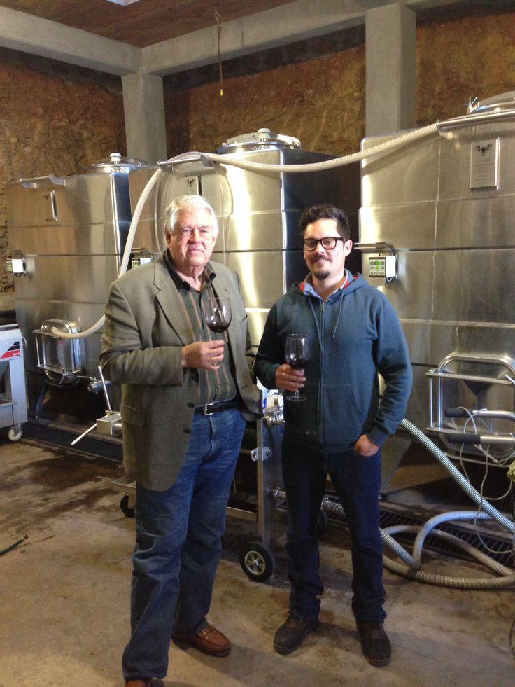 Gabriel Díaz del museo de la vid y el vino de Valle Guadalupe,visitando Bodegas F Rubio, con el enólogo Alberto Rubio.