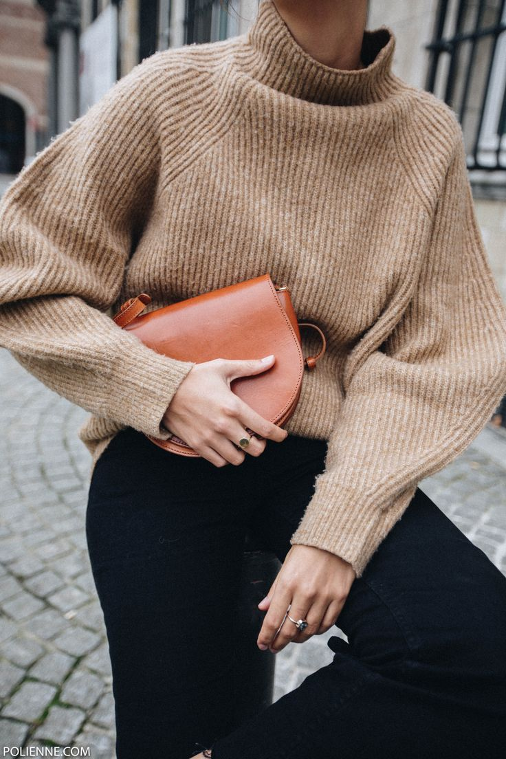 POLIENNE by Paulien Riemis | wearing a H&M knit and fluffy slides in Antwerp, Belgium