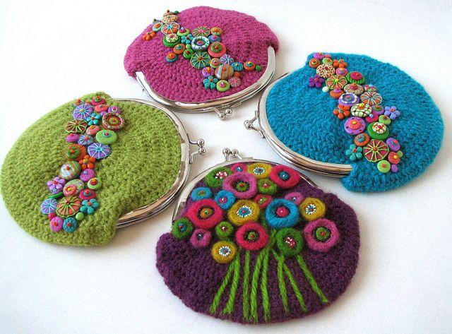 Pequeños bolsos de ganchillo, decorados con  arcilla polimérica y fieltro by fperezajates, via Flickr