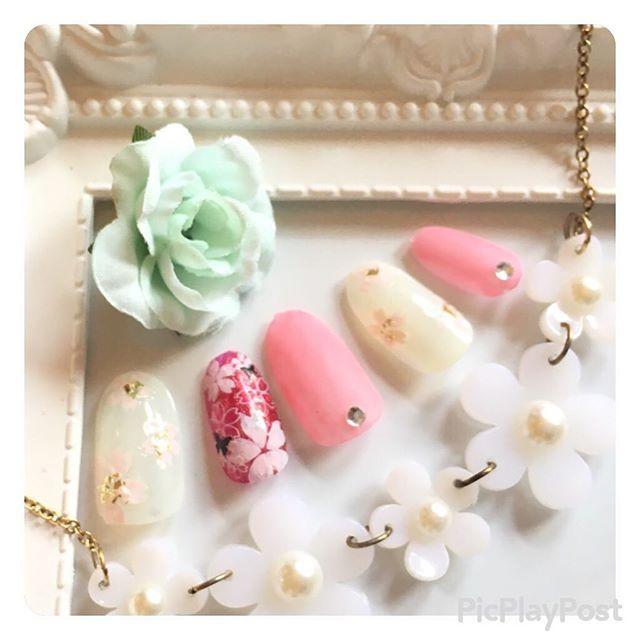 . おはようございます╰(*´︶`*)╯♡ 今日まで行けば明日はお休みなので 久々帰って来たら自爪ネイルしようかな🙌♡。 。 。 あげたつもりがあげてなかった #桃の花 ネイル🌸💅 #デュカート の #コンデンスミルク をベースに #しずくネイルシール の #桜シール を使用😘 人差し指はアクセントとして #和 をイメージ✌️ #リンメル の #ポリッシュ に桜シールの ピンクとホワイトを重ねて #蝶々を 飛ばしてみました(^_^)。 。 中指と小指には久々の #マットネイル  です💅 。 。 。 #しずくネイルシールコンテスト2 #しずくネイル  #ローリエプレス #ローリエ  #ネイル好き  #桃の花ネイル #ネイル好きな人と繋がりたい  #セルフネイル #セルフネイル部 #ネイルホリック #パーティーフレーク #乱切りホロ 。 。 。