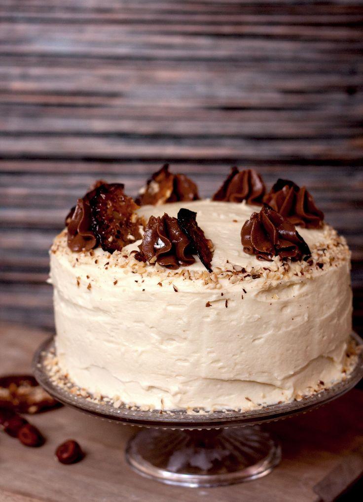 Ich bin momentan vollkommen Haselnuss-verrückt. Pur schmecken sie mir am besten frisch geröstet. So kommt das Aroma einfach am besten hervor. Auch in diesem Kuchen, verzeiht, Torte, werden frisch g…