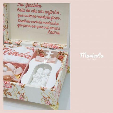 Caixa com mini capela, toalha e difusor de ambientes para fazer o convite especial para a madrinha da Laura! Quem não fixaria encantada com um convite deste? Eu estou apaixonada! #batizado #batismo #lembrancadebatizado #lembrancasespeciais #lembrancaspersonalizadas #caixa #caixaconvite #caixamadrinha #caixapadrinhos #caixabatizado #lembrancasdamaricota