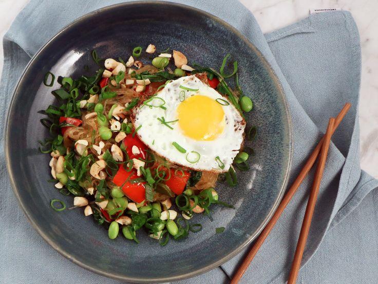 Glasnudlar med edamame, cashewnötter och ägg | Recept från Köket.se