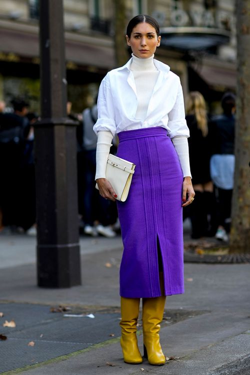 Le streetstyle lors de la fashion week de Paris est toujours le plus attendu. Focus: jupe mauve avec chemisier et pull blanc sur bottes jaunes