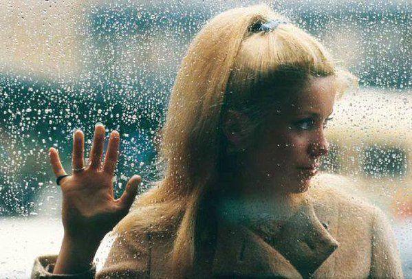 """Catherine Deneuve durante el rodaje de """"Les parapluies de Cherbourg"""" (Jacques Demy, 1964)."""
