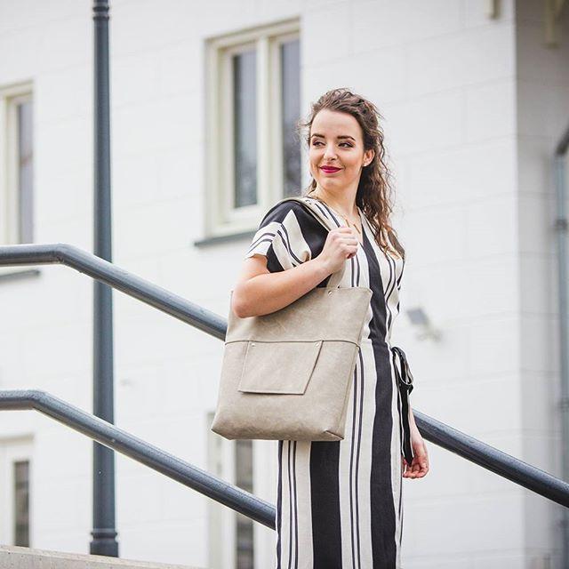 Heb je de vernieuwde homepage al gezien? Een fijne frisse look met uiteraard de nieuwste foto's. Ben jij ook aan een make-over toe? Kies voor het nieuwe ontwerp shopper in de tint greige . . . . . #newmodel #greige #beige #grey #shopperbag #bigshopper #fashionbag #bagforlive #newcollection #mystyle #fashionstyling #fashionessentials #minimalist #chooseperfect #simplelook #highfashion #handmade #doorjolanda #vegan #PUleather #