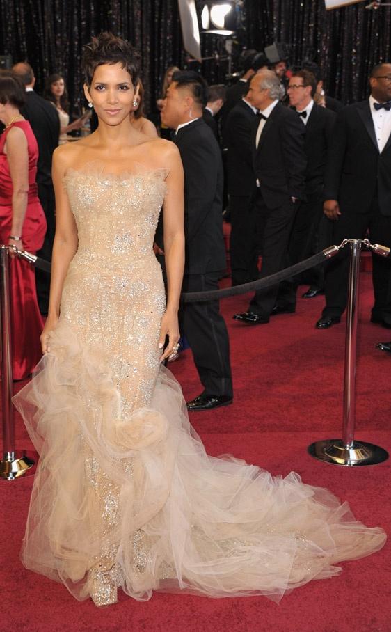 Halle Berry en un Marchesa en color nude y cristales incrustados en los Oscar 2011.