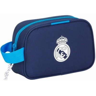 Neceser Real Madrid grande  Bolso de aseo del club más laureado del mundo  Gran compartimento con cierre de cremallera  Asa de mano para portar  Dimensiones: 22 x 13,5 x 8 cm  Producto oficial Real Madrid  Fabricado por Safta