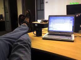 Quand tu es seul au bureau, tu peux mettre tes pieds sur le bureau ET porter des claquettes dégueu