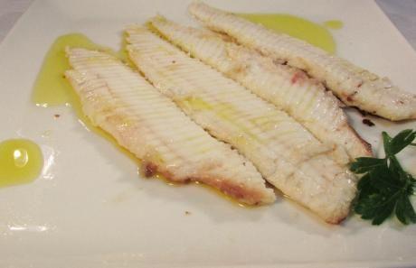Lenguado a la plancha Para 1 persona: Limpiar el lenguado y quitarle la piel. Calentar la plancha con una gota de aceite de oliva extra virgen. Cuando la plancha esté caliente, añadir el lenguado y cocinarlo aproximadamente 2 minutos por ambos lados. Limpiar el lenguado quitándole la espina del medio y dividiéndolo en cuatro filetes. Sazonar con sal, perejil y aceite de oliva extra virgen. Servir y comer caliente.
