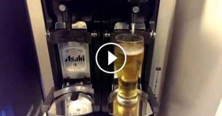 El siguiente video fué filmado en Osaka, Japón en el Aeropuerto Internacional de Kansai (KIX) en el All Nippon Airways Star Alliance Gold Lounge y se trata de una maquina autodispensadora de cerveza, pero una diferente a la que estamos acostumbrados a ver.