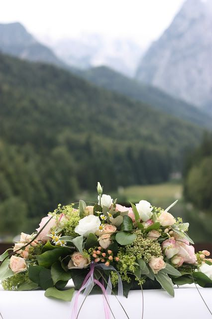 Altargesteck Rosamunde Pilcher inspirierte Sommerhochzeit in Pfirsich, Apricot, Pastelltöne - Heiraten in Garmisch-Partenkirchen, Bayern, Riessersee Hotel, Seehaus am Riessersee - Hochzeit am See in den Bergen - Peach and Pastell wedding