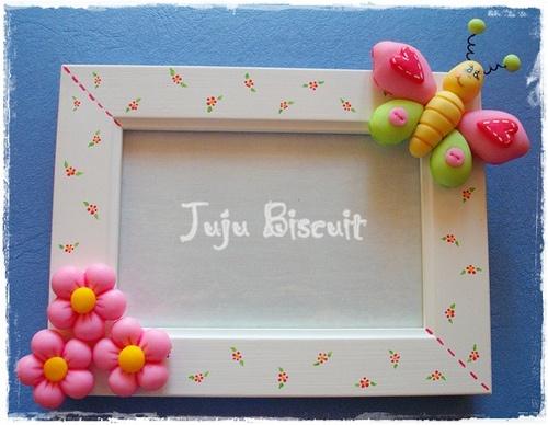 Porta-retrato em MDF com apliques em biscuit by FOFFY - Arte em MDF, via Flickr