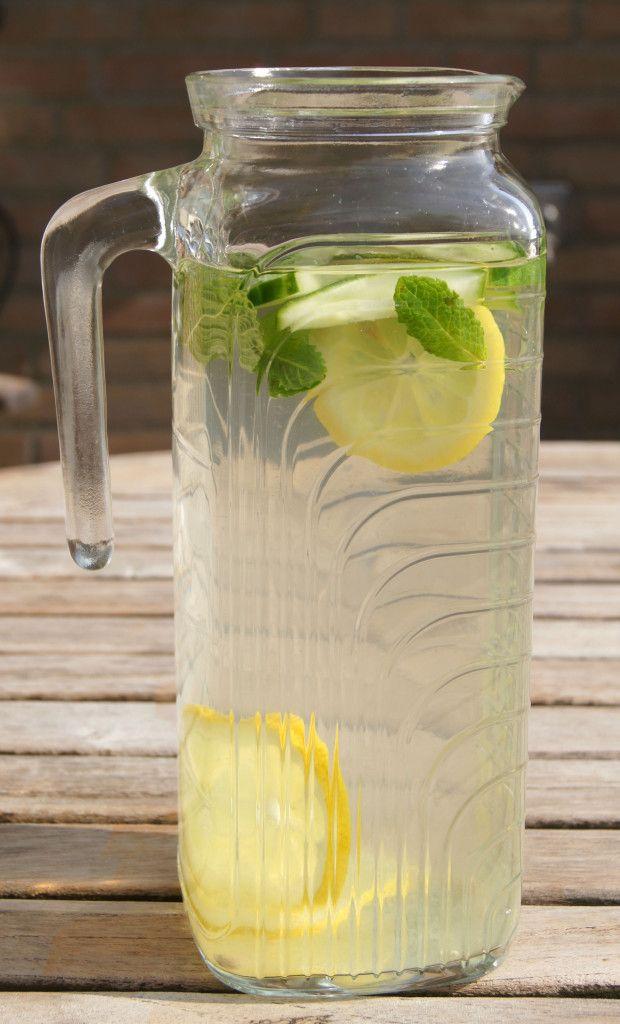 Verfrissend Detox water met citroensap en munt