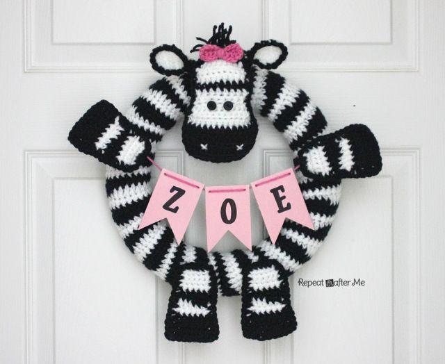 Crochet Zebra Wreath - Repeat Crafter Me      http://www.repeatcrafterme.com/2014/08/crochet-zebra-wreath.html
