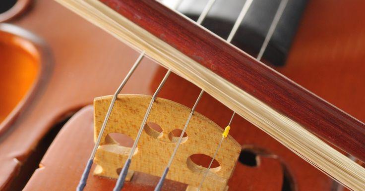 Tipos de instrumentos en una orquesta sinfónica. Una gran orquesta sinfónica puede contener más de 100 músicos. Estos músicos individuales son colocados en una de las cuatro secciones específicas de la orquesta, donde cada una de ellas representa una familia particular de instrumentos. Las cuatro secciones son las cuerdas, los vientos, los bronces y la percusión, combinadas para crear el sonido ...
