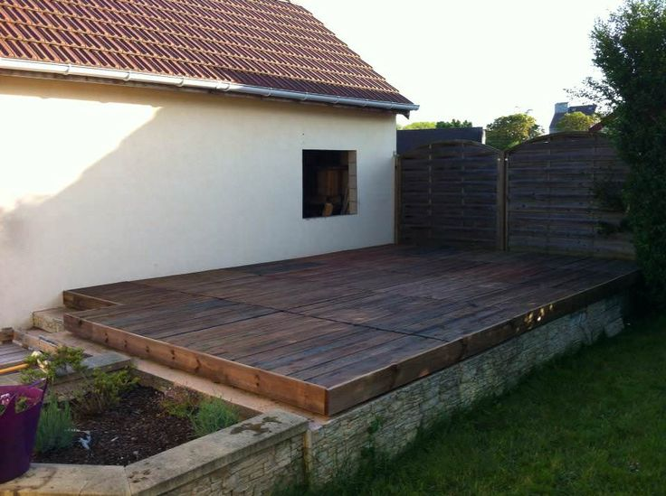 Terrace made from 24 recycled wood pallets. All pallets were sanded. Recovered plates were redrawn to fill the openings. A …