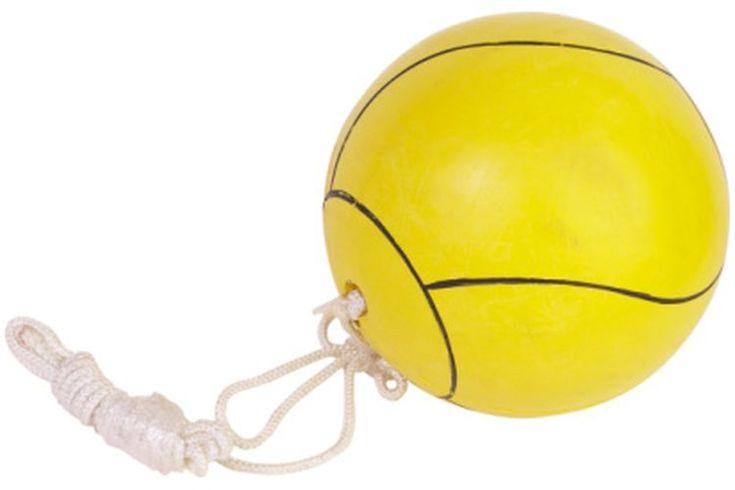 Tamaño de la cancha de tetherball. Como un juego de patio de recreo popular, el tetherball se juega con una pelota de voleibol atada a un poste vertical. Dos jugadores se paran en las áreas designadas, con cada jugador intenta golpear la pelota en su dirección específica para envolver la cuerda ...