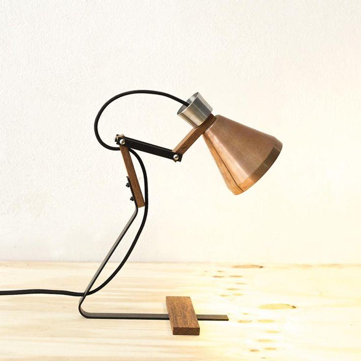 Luminária articulável de mesa  Materiais: Cobre, aço oxidado e madeira Acompanha lâmpada LED