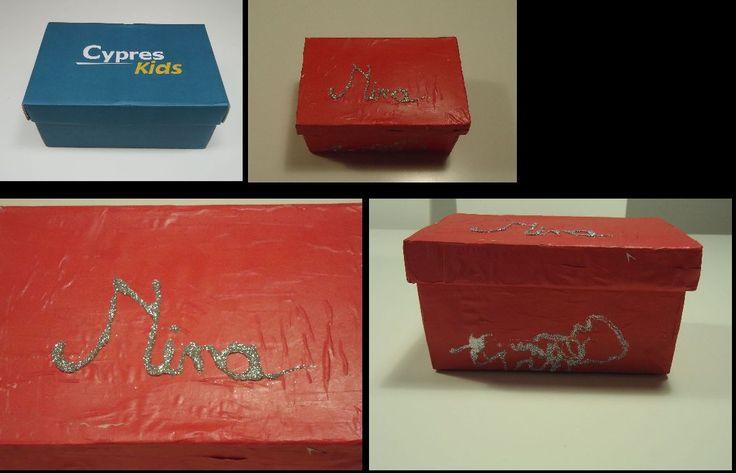DIY met de kids: schoendoosje klein beplakken met roze papier en glittertjes = eigen schatkistje ....en een huis vol glitters