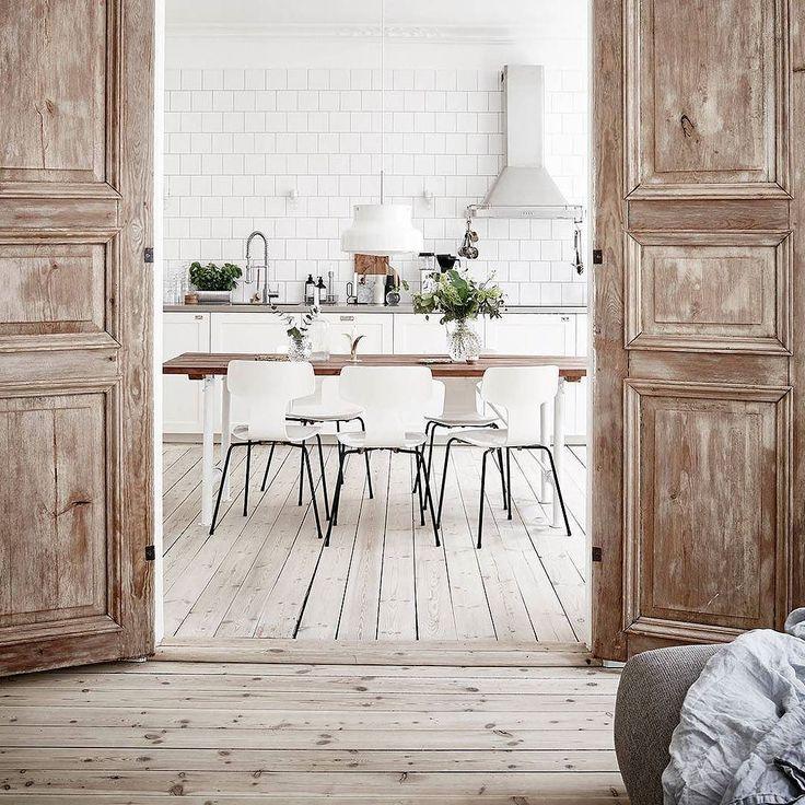 Ecco una bella composizione ispirata allo stile #scandinavo che combina #colori chiari e scuri. In cucina il #bianco fa da sfondo mettendo in risalto quegli elementi in legno o decorati con scala di grigi! Cornice perfetta la doppia porta in legno che separa gli ambienti!  E tu di che stile sei? Altre idee interessanti da #CeramicheVaccarisi #Showroom ad #Avola in via #Siracusa 88 - Sito web http://ift.tt/2hbGm18 - #wood #green #white #interiordesign  #kitchen #inspiration #interior #Sicilia…